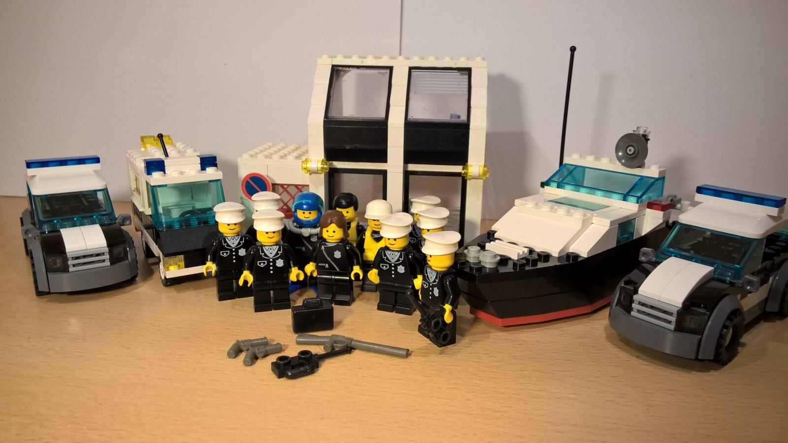 LEGO® Polizeieinheiten stehen vor ihrer Wache und Fahrzeugen