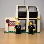 Eine Polizeidienststelle aus LEGO® von Vorne gesehen, mit zwei Polizeibeamten davor.