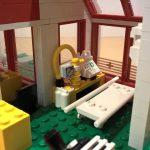 Der eigentliche Behandlungsraum im Erdgeschoss mit Trage, medizinischem Gerät, Schubladen schrank und Mikroskop