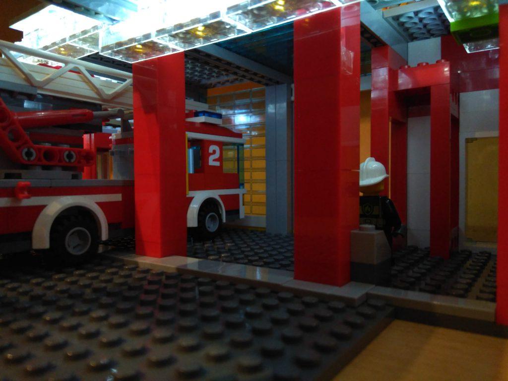 LEGO® Feuerwache 2 MOC - Fahrzeughalle